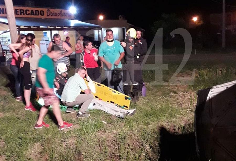 Mala maniobra: Un auto cayó en una alcantarilla al salir marcha atrás
