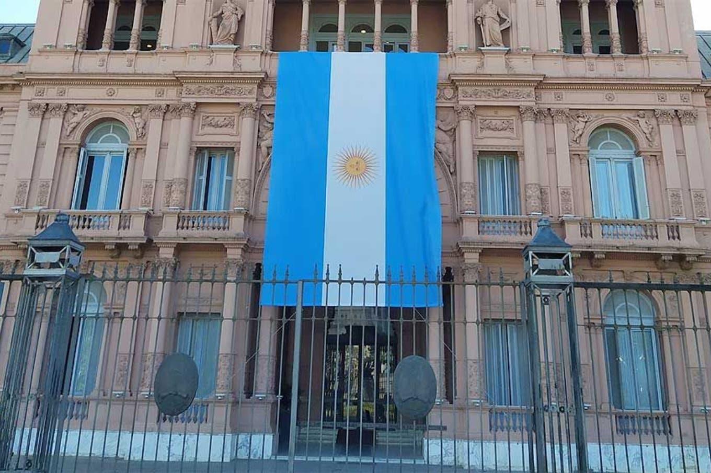 Por qué una bandera gigante cubre el frente de la Casa Rosada