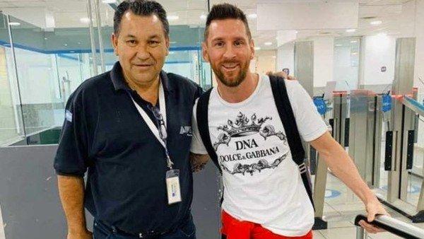 Lionel Messi voló en el avión de Luis Suárez y ya está en la Argentina para pasar las Fiestas