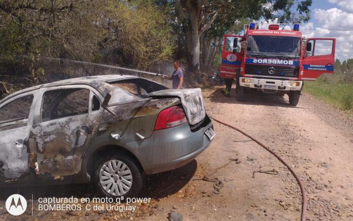 Se prendió fuego un auto e incendió un campo