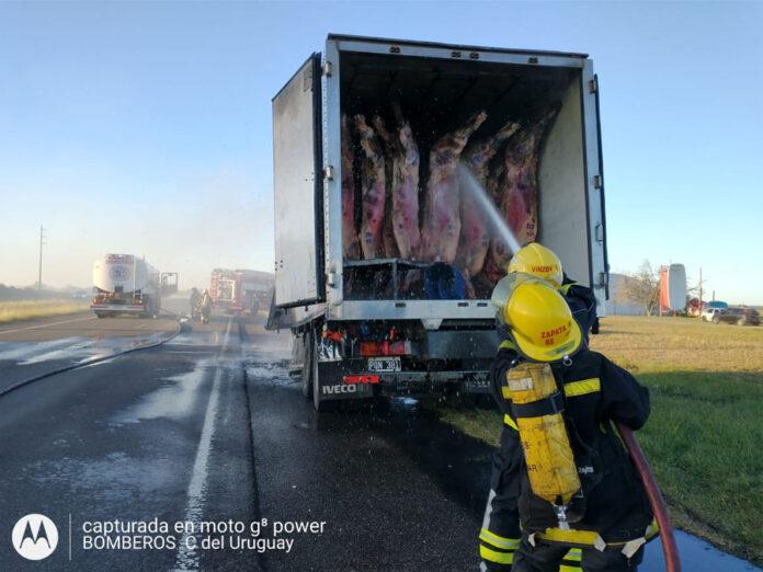 incendio-de-un-camion-y-despiste-de-un-auto-en-la-autovia-artigas-(ver-video)