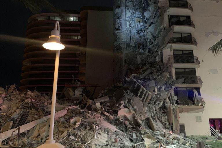 se-derrumbo-un-edificio-en-miami-y-cientos-de-bomberos-buscan-a-los-sobrevivientes