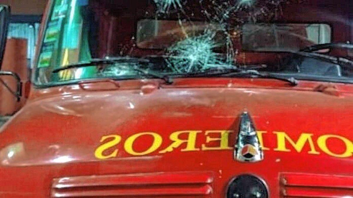 bomberos-fueron-a-un-incendio-y-la-autobomba-fue-apedreada