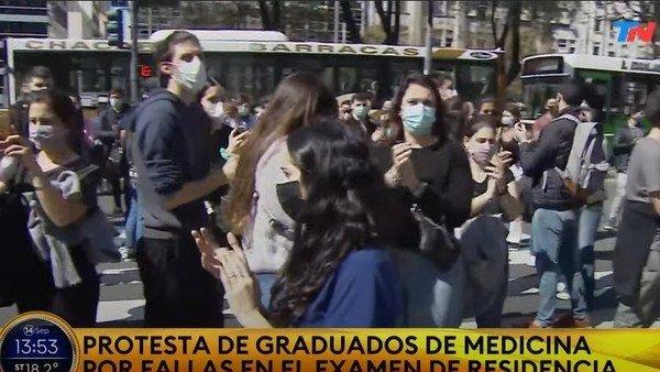 protesta-frente-al-ministerio-de-salud:-medicos-graduados-denuncian-que-no-pudieron-rendir-el-examen-de-residencia